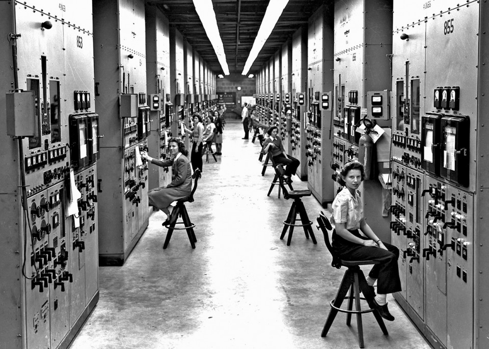 Calutron-operators-at-their-panels-in-the-Y-12-plant-at-Oak-Ridge-Tennessee-during-World-War-II.-The-calutrons-were-used-to-refine-uranium-ore-into-fissile-material.-During-the-Manhattan-Project-effort-to-construct-an-atomic-e-960x686